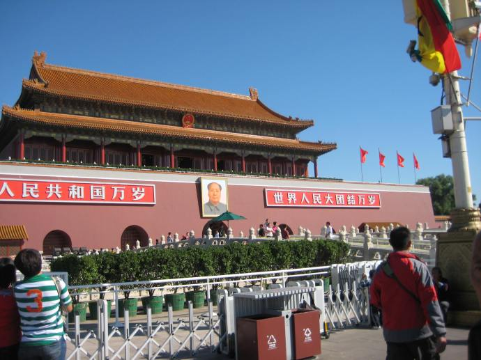 chairman mao on the gate of the forbidden city