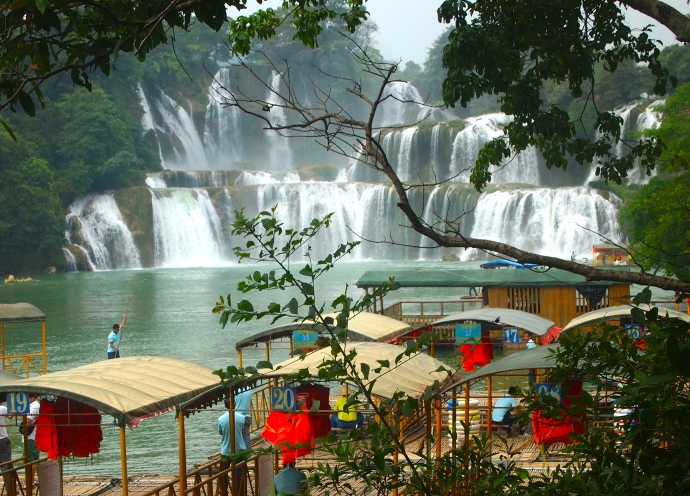 peek at Detian Waterfall