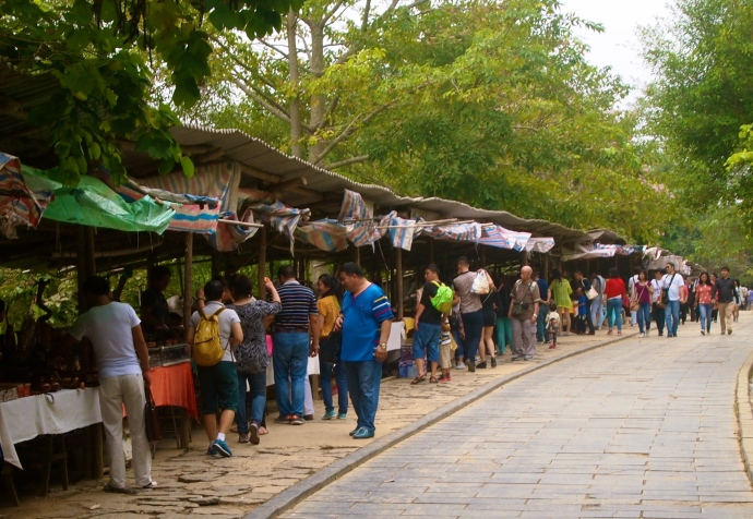 Vietnamese vendors lined up on the way to the border