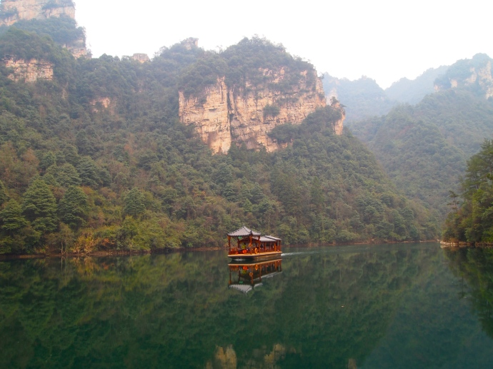 a boat on Baofeng Lake