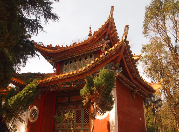 at the entrance to Qiongzhu Si