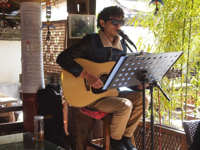 Singer in Zhongyi Restaurant