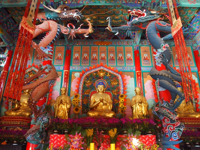 In the main hall, two huge central pillars are wrapped in colorful dragons