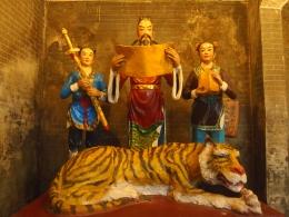 tiger and men at Guiping Xishan Longhua Temple