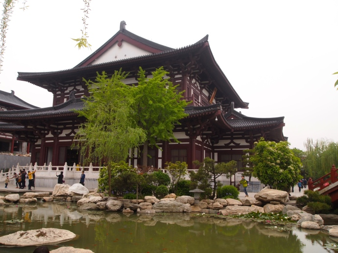 Pond & hall at Huaqing Hot Spring