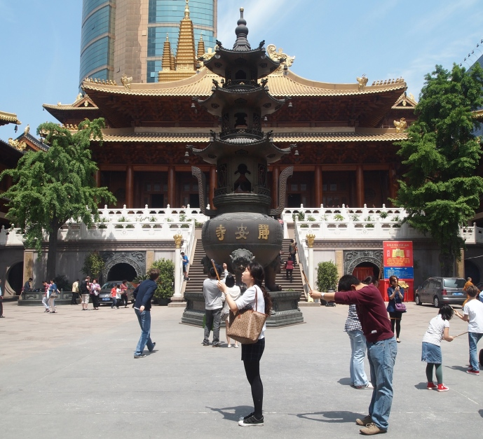 the main hall and incense burner of Jing'an Si