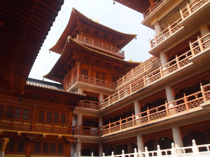 Wooden buildings behind the main temple at Jing'an Si
