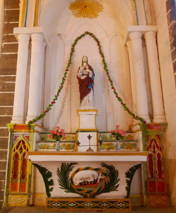 altar at Catholic Cathedral, Shèngtáng